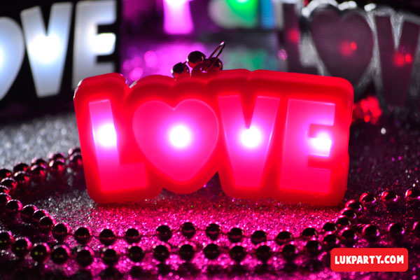 Collar led luminoso palabra LOVE plateado con luz rosa
