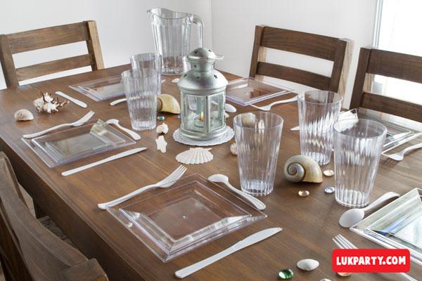 Mesa decorada con set cubiertos cotillón cristal