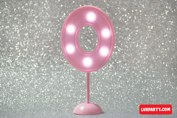 Número 0 gigante color rosa con luces