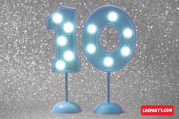 Número 10 gigante color celeste con luces