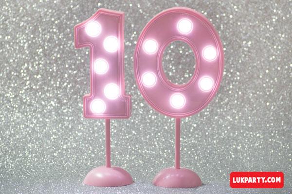 Número 10 gigante color rosa con luces