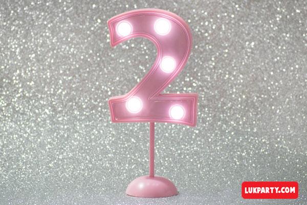 Número 2 gigante color rosa con luces