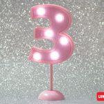 Número 3 gigante color rosa con luces