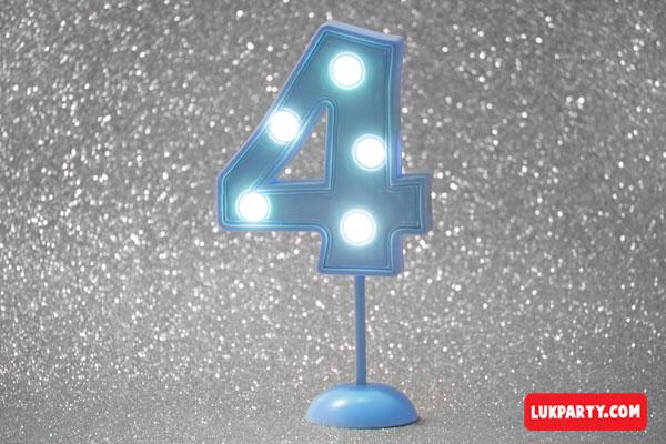 Número 4 gigante color celeste con luces
