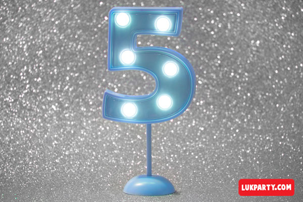 Número 5 gigante color celeste con luces