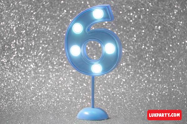 Número 6 gigante color celeste con luces