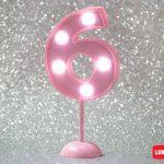 Número 6 gigante color rosa con luces