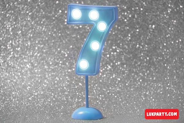 Número 7 gigante color celeste con luces