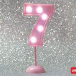 Número 7 gigante color rosa con luces