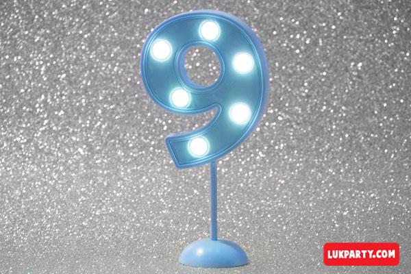 Número 9 gigante color celeste con luces