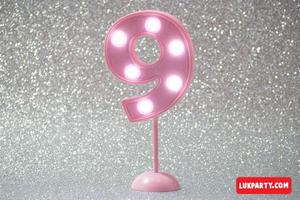 Número 9 gigante color rosa con luces